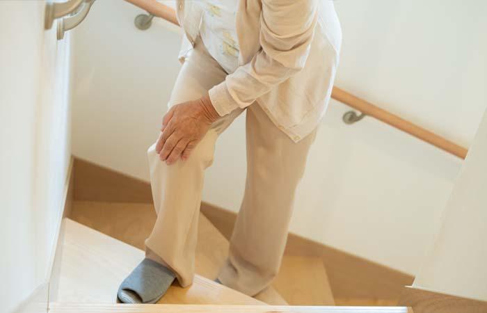 階段をのぼる高齢者